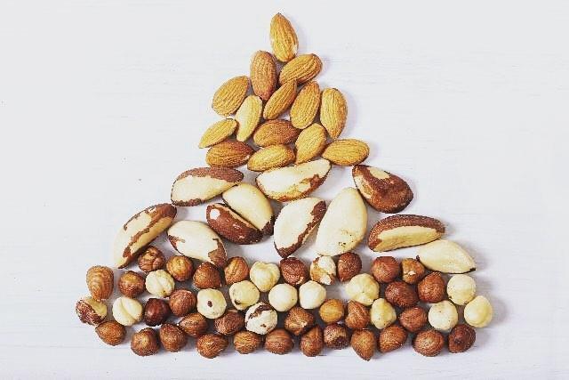 ビタミンE ・ ビタミンEは強い抗酸化作用があるので、 アンチエイジングビタミンと言われています! ・ 抗酸化だけでなく、 血行促進、動脈硬化の予防 ダイエット中のおやつにも♡ ・ ナッツの中でもアーモンドは ビタミンEがたっぷり♡  エステ体験ご予約は、プロフィールのURLからお待ちしております