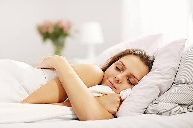 """内臓脂肪を落とす対策♀️ """"空腹睡眠をする…😴…"""" 空腹睡眠という言葉、聞いた事ありますか? 名前の通り、空腹の状態で眠ることです! 空腹時は、成長ホルモンが分泌、代謝も上がるため、燃焼しやすいと言われてます  理想は18時以降に食べずに寝ます! 初めの頃は中々難しいので、夕飯の時間を早めていくこともオススメです🙂"""